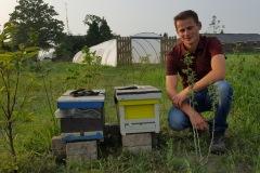 sven-met-bijenkasten